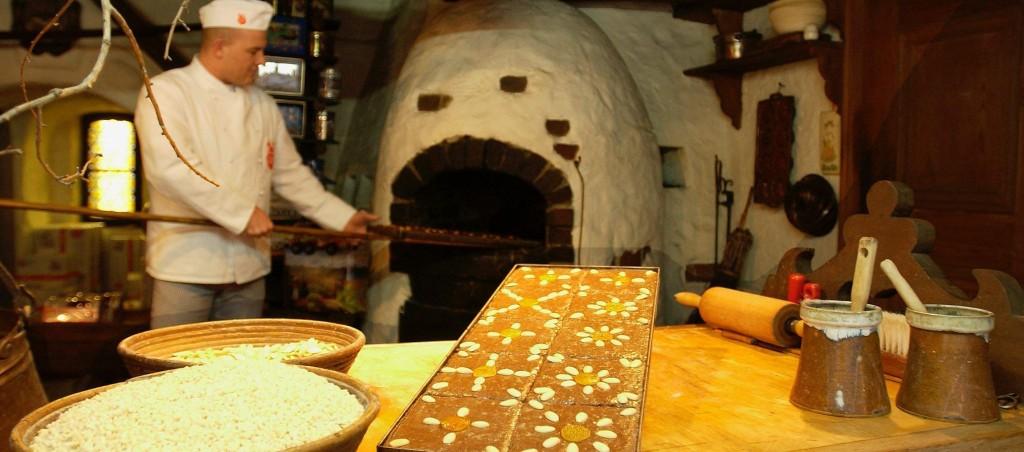 """Untrennbar mit Nürnberg verknüpft sind die weltberühmten Lebkuchen. Wer dem Lebküchner """"live"""" bei der Herstellung des Weihnachtsgebäcks zusehen möchte hat in den historischen Backstuben am Hauptmarkt und im Handwerkerhof Gelegenheit dazu."""
