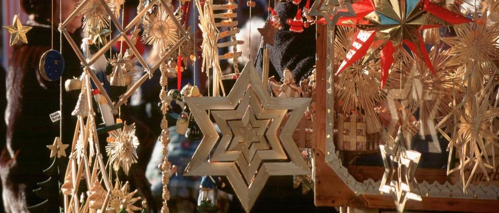 Das traditionell gehaltene Angebot sowie der verführerische Duft von Lebkuchen, Glühwein und Bratwürsten lassen eine unverwechselbare Atmosphäre entstehen. Der Nürnberger Christkindlesmarkt zählt weltweit zu den schönsten Weihnachtsmärkten und darf sich als Deutschlands Weihnachtsstadt Nr. 1 rühmen.